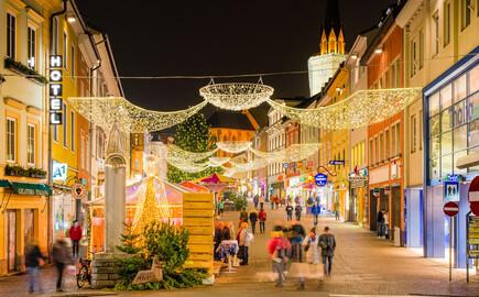 Die Weihnachtlich dekorierten Straßen nahe des Hotels eduCARE bei Villach