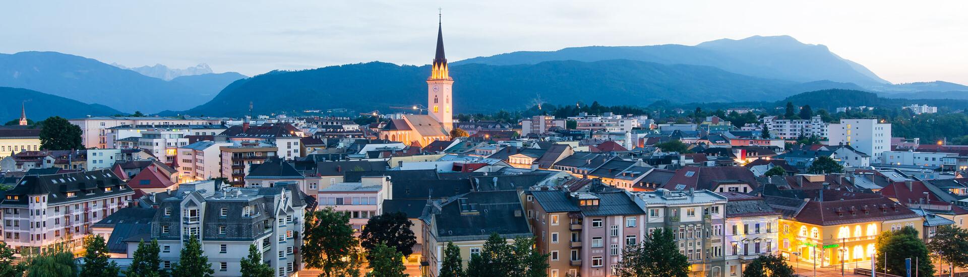 Die Drau und die Stadt Villach nahe des Hotels eduCARE