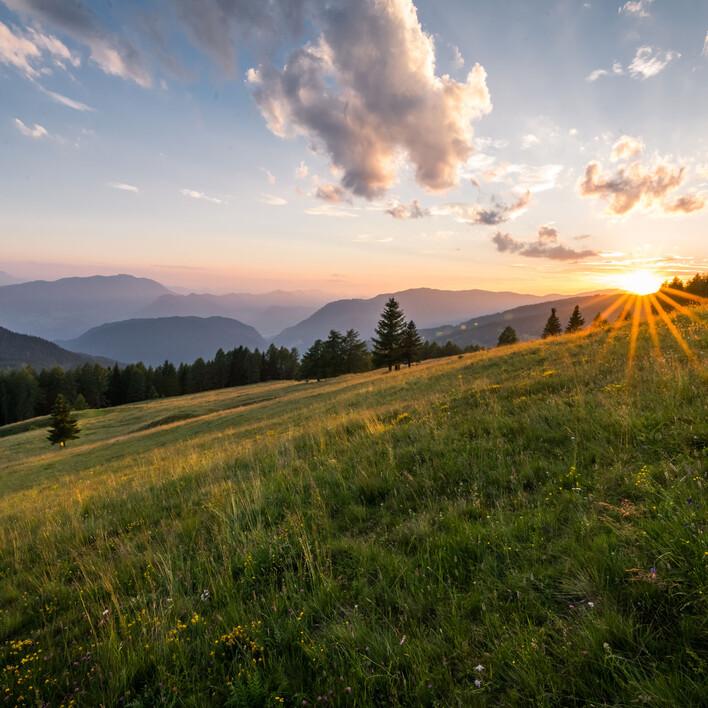 Ein Sonnenuntergang in Berglandschaft rund ums 4-Sterne Hotel eduCARE in Treffen am Ossaicher See