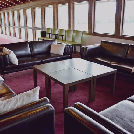 Eine gemütliche Sitzlounge im Seminarzentrum des 4-Sterne Hotels eduCARE in Treffen am Ossiacher See