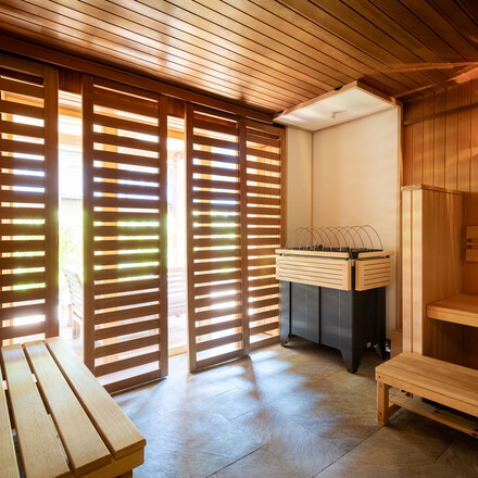 Eine moderne Sauna im Hotel eduCARE, dem Hotel für eine Zwischenübernachtung an der A10 bei Villach