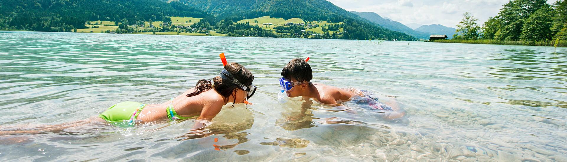 Beim Familienurlaub am Ossiacher See schnorcheln die Kinder im See