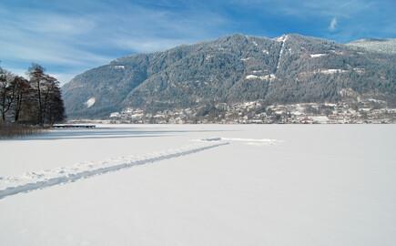 Der traumhafte Ausblick auf eine verschneite Landschaft im Urlaub am Ossiacher See