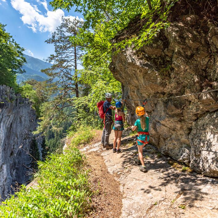 Eine Familie beim Klettern und Wandern in Villach Umgebung