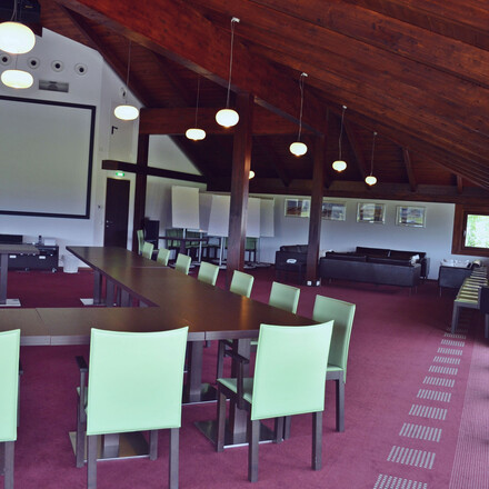 Ein großer Seminarraum im Seminarhotel eduCARE bei Villach am Ossiacher See