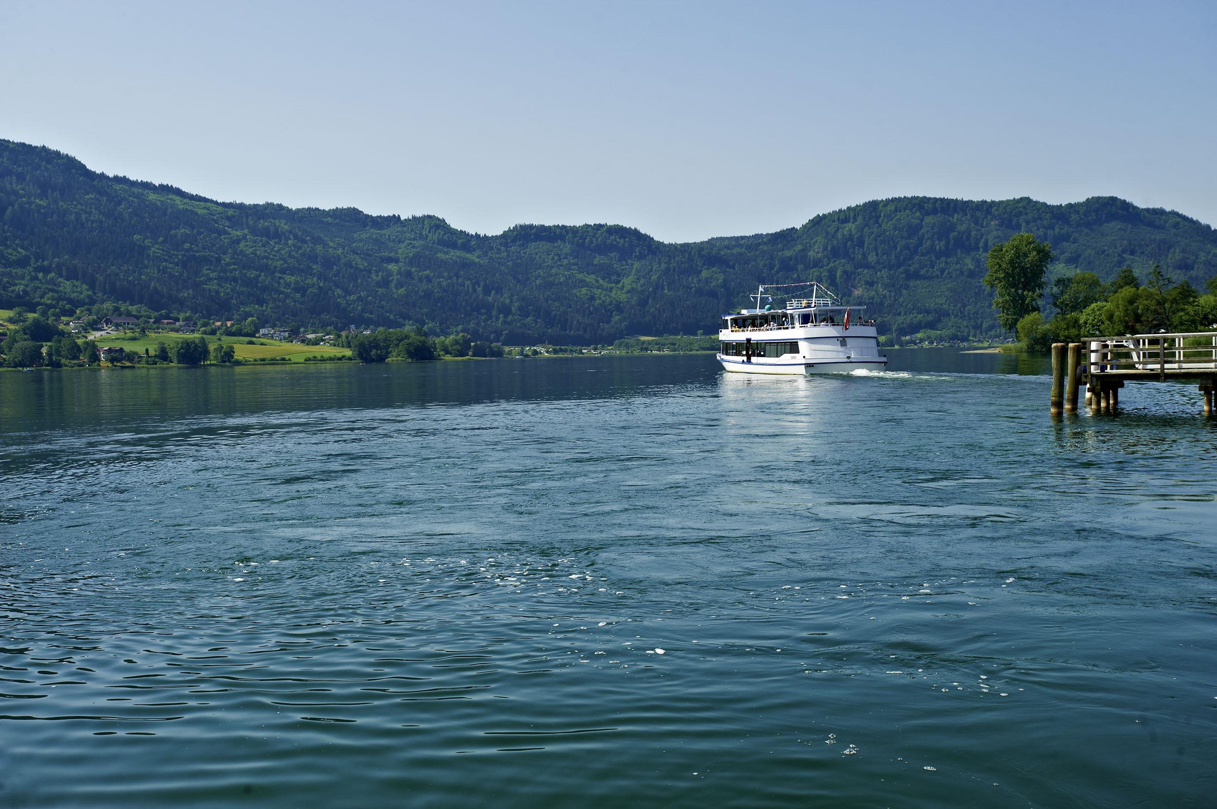 Ein Boot fährt beim Urlaub am Ossiacher See vom Ufer weg
