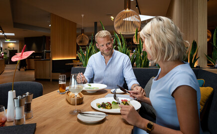 Ein Paar genießt das Abendessen im 4-Sterne Hotel am Ossiacher See