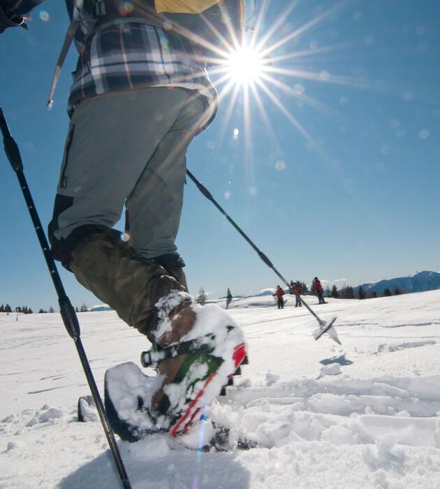 Ein Mann beim Schneeschuhwandern im Urlaub an der Gerlitzen