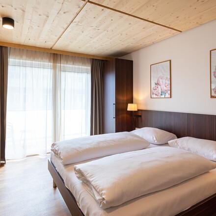 Ein modern eingerichtetes Zimmer