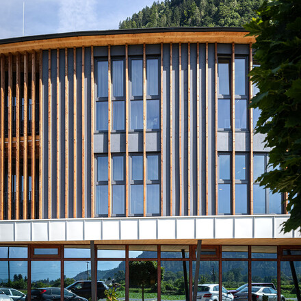 Außenansicht vom Seminarzentrum des 4-Sterne Hotels eduCARE in Treffen am Ossiacher See