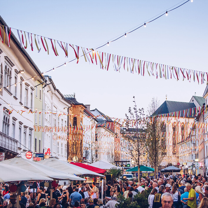 Menschenmassen bei einer sommerlichen Veranstaltung in Villach und Umgebung