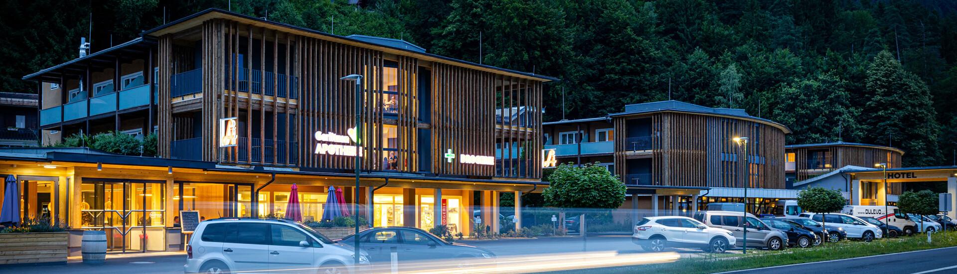 Das beleuchtete Business-Hotel eduCARE bei Villach in der Dämmerung