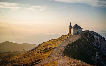 Ein kleines Haus steht nahe dem Hotel mit Kärnten-Card verlassen auf einem Berggipfel
