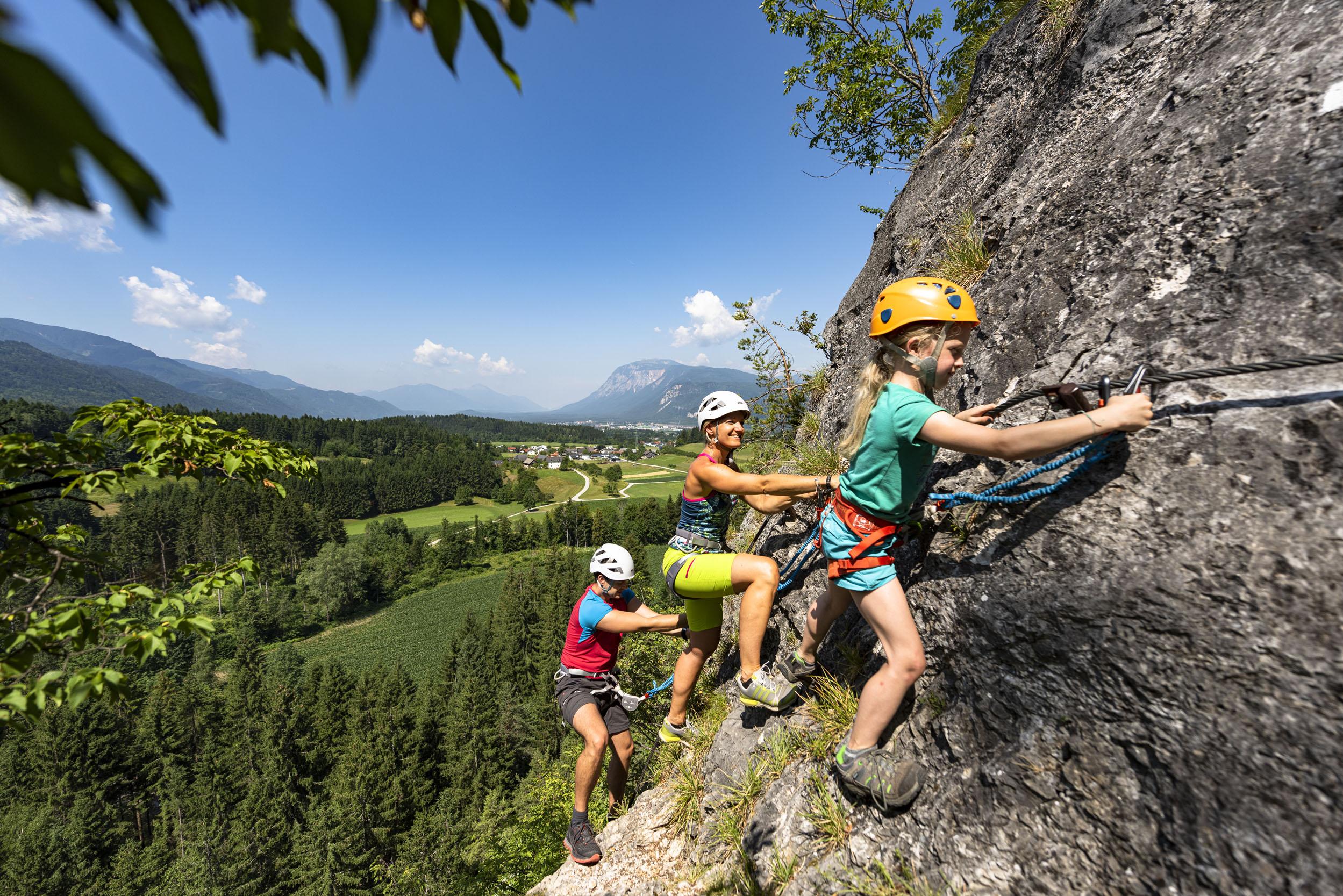Eine Familie beim Klettern im Familienurlaub am Ossiacher See