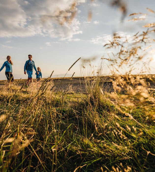 Eine Familie beim Wandern im Urlaub an der Gerlitzen
