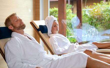 Ein Paar entspannt im Ruhebereich vom 4-Sterne Hotel am Ossiacher See