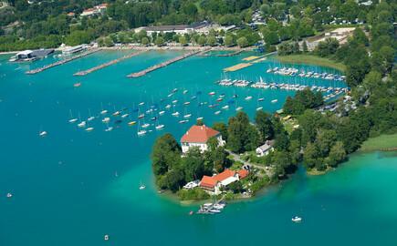 Die Vogelperspektive vom Schloss Loretto, einem Ausflugsziel im Urlaub am Ossiacher See