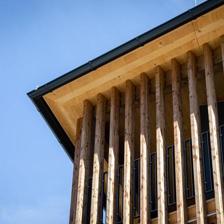 Detailansicht vom modernen Bau des Hotels eduCARE am Ossiacher See