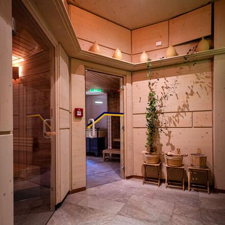 Die Eingänge in die barrierefreien Saunen vom 4-Stern Hotel eduCARE in Treffen am Ossiacher See