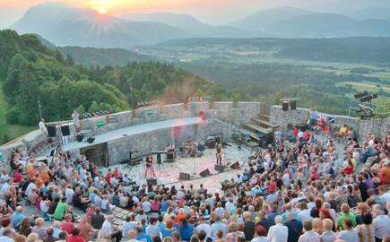 Das Publikum bewundert nahe dem Hotel mit Kärnten-Card eine Aufführung auf der Burgruine Finkenstein