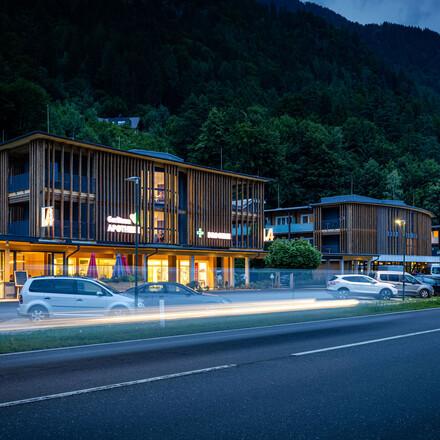 Das Hotel eduCARE am Ossiacher See bei Nacht