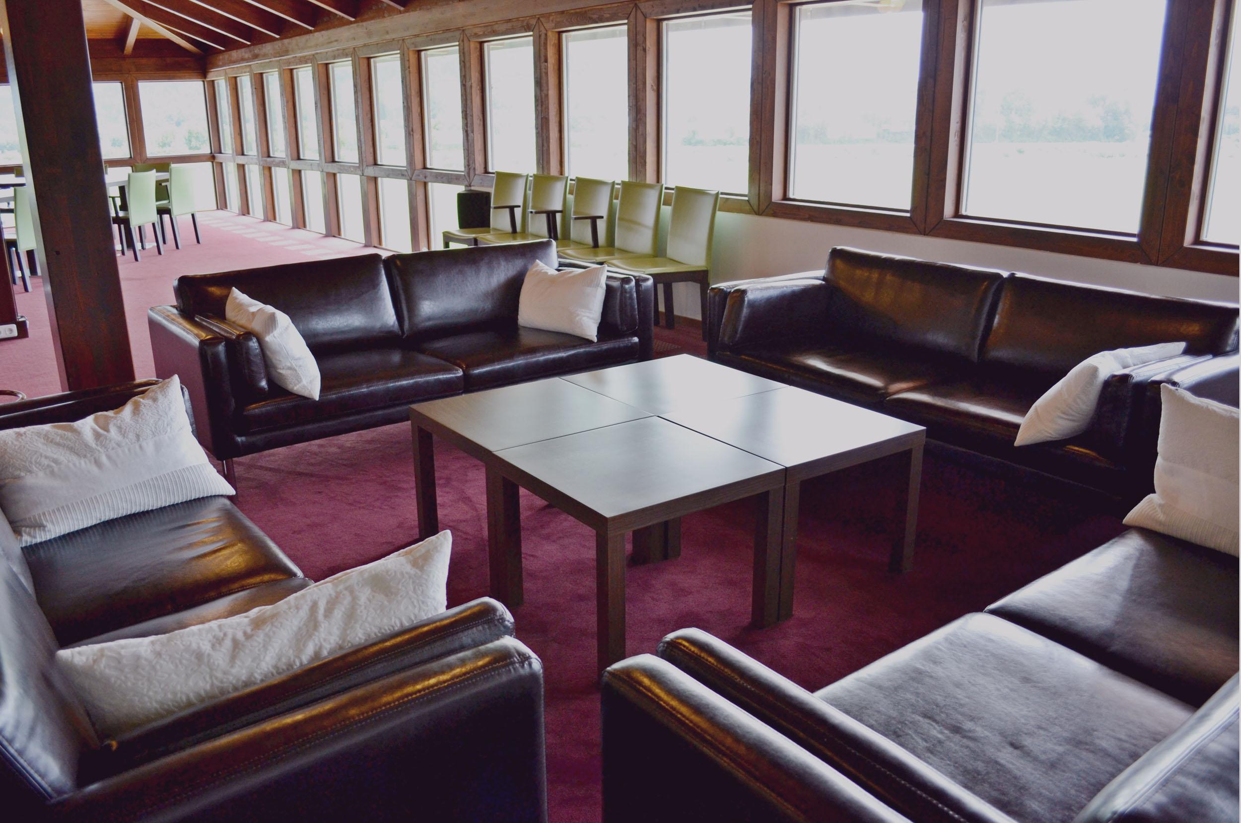 Eine gemütliche Sitzlounge im Hotel mit Seminarguide in Kärnten