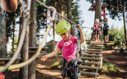 Kinder vergnügen sich beim Familienurlaub am Ossiacher See im Kletterpark