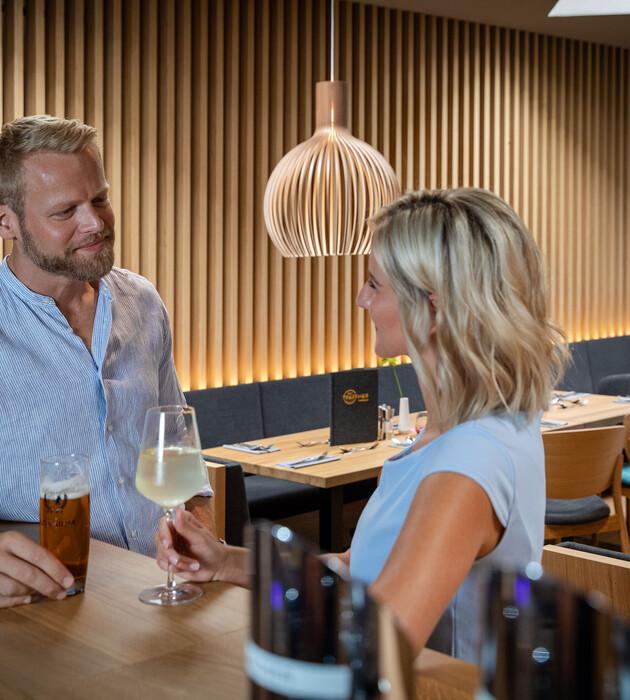 Ein Paar genießt einen Drink im Hotel für Incentives und Firmenevents in Kärnten