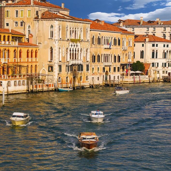 Mehrere Boote fahren durch Venedig, einem Ausflugsziel nahe Villach