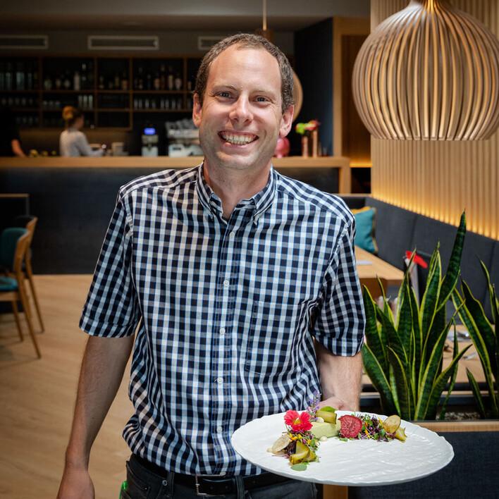 Der Gastgeber serviert im 4-Sterne Hotel am Ossiacher See einen liebevoll angerichteten Teller