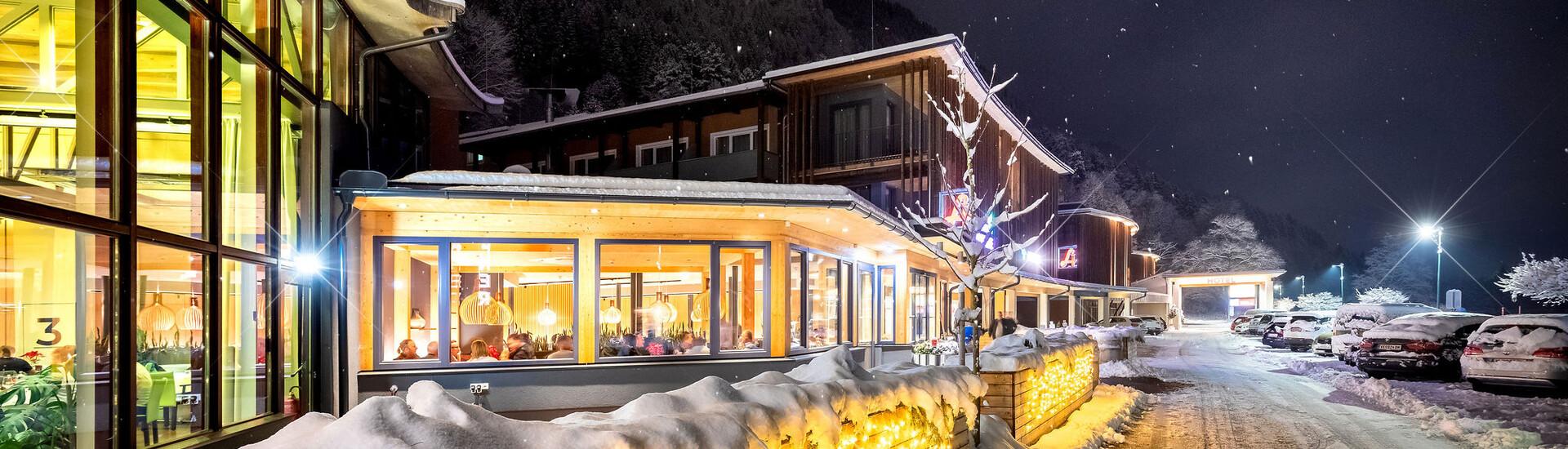 Die verschneite Zufahrt zum Hotel eduCARE, dem Hotel für Winterurlaub mit Hund in Kärnten