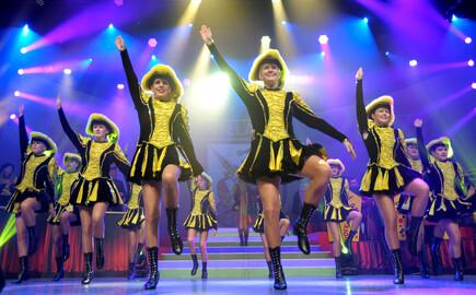 Die kostümierten Tänzerinnen beim Villacher Fasching nahe dem Hotel eduCARE
