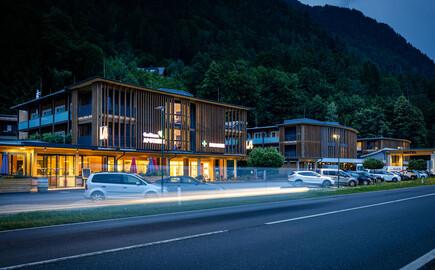 Das 4-Stern Hotel eduCARE in Treffen am Ossiacher See bei Nacht