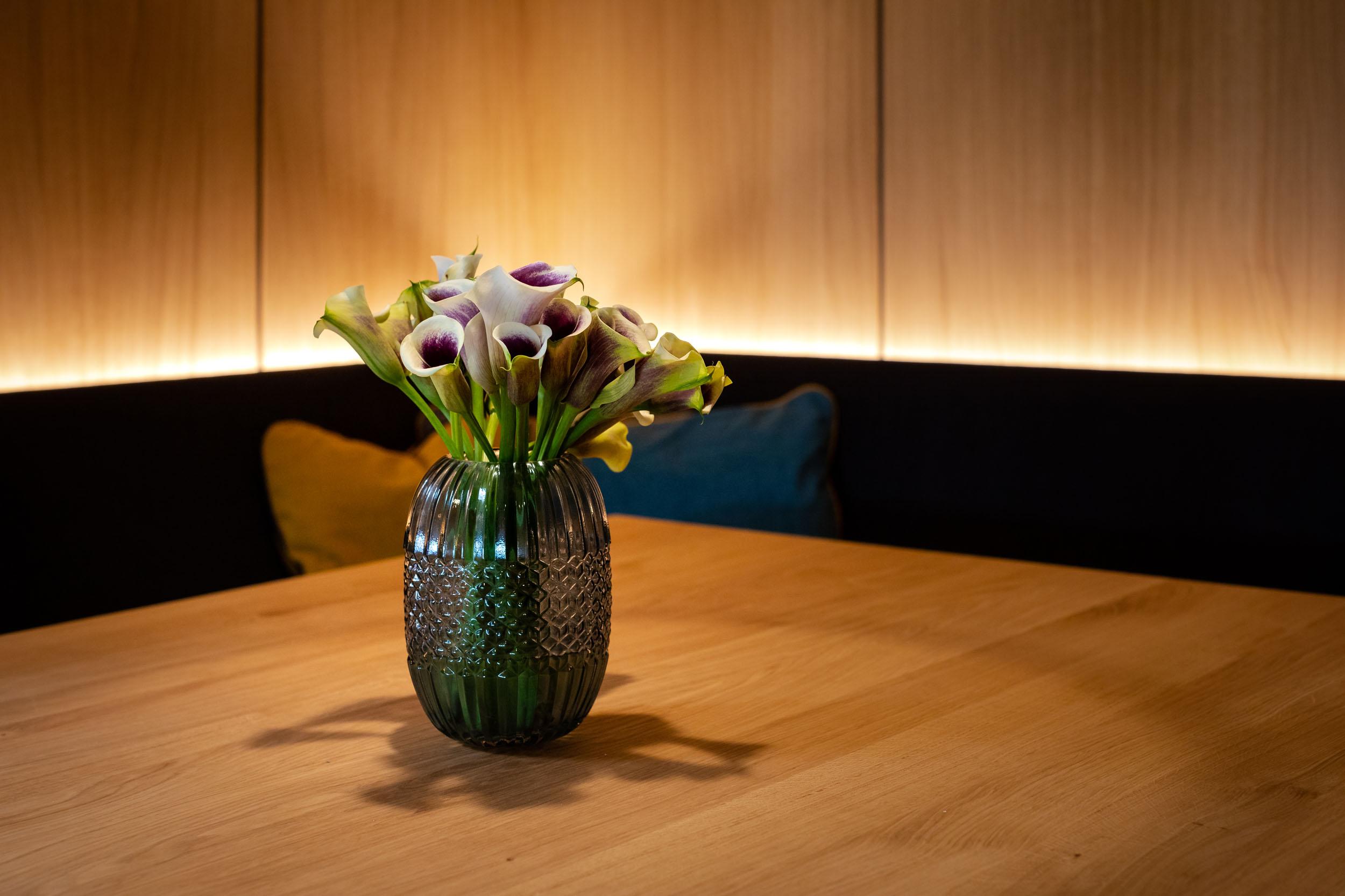 Ein mit Blumen dekorierter Tisch im Wirtshaus vom Hotel mit Seminarpauschalen in Kärnten