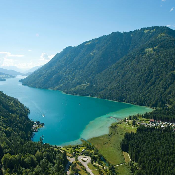 Ausblick auf See eingebettet zwischen den Bergen beim barrierefreien Urlaub am See