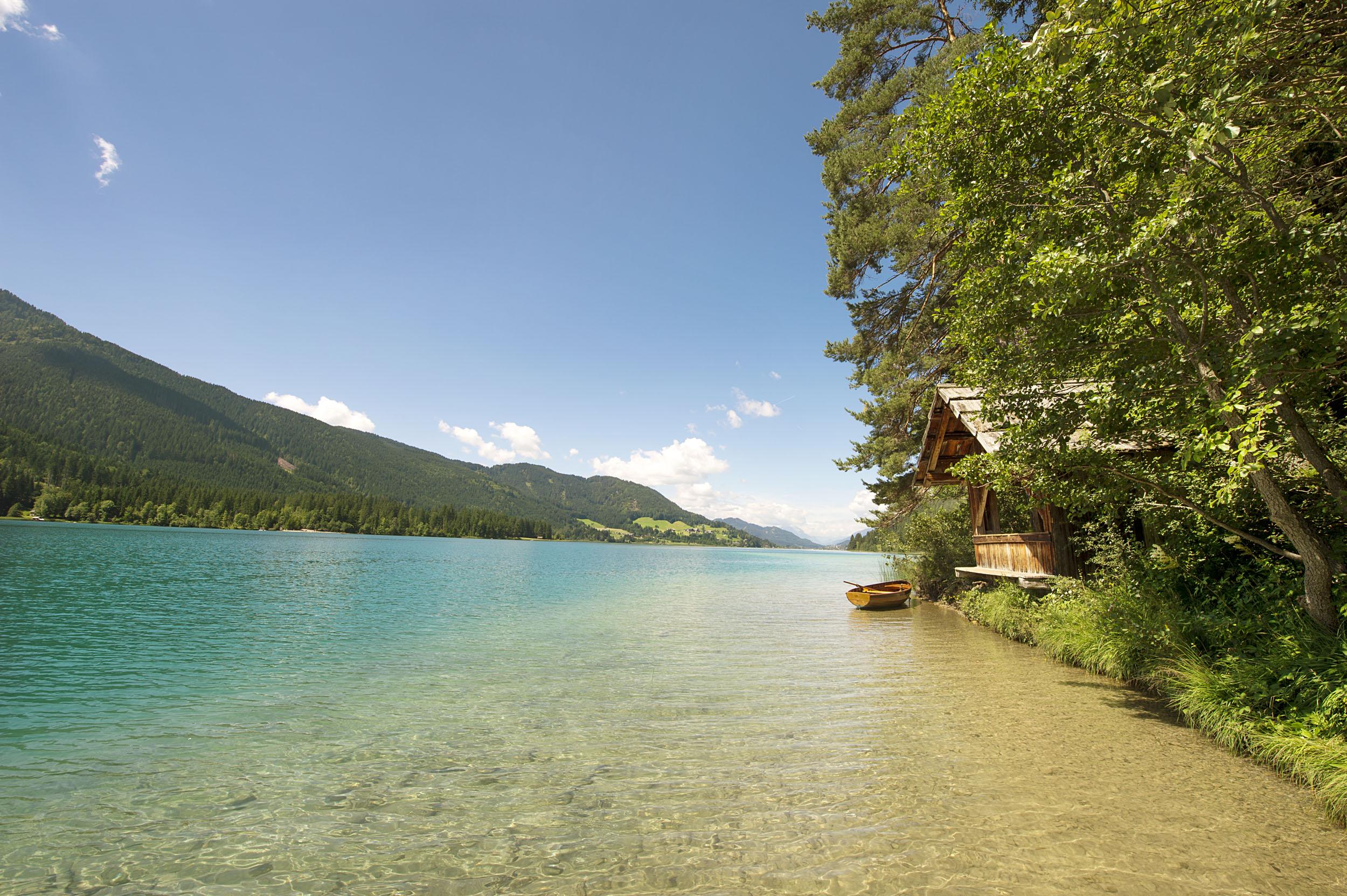 Das idyllische Ufer am Ossiacher See lädt zu Urlaub in Kärnten am See ein
