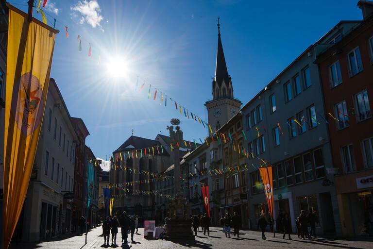 Die für ein Volksfest geschmückte Stadt und ihre Ausflugsziele in Villach und Umgebung