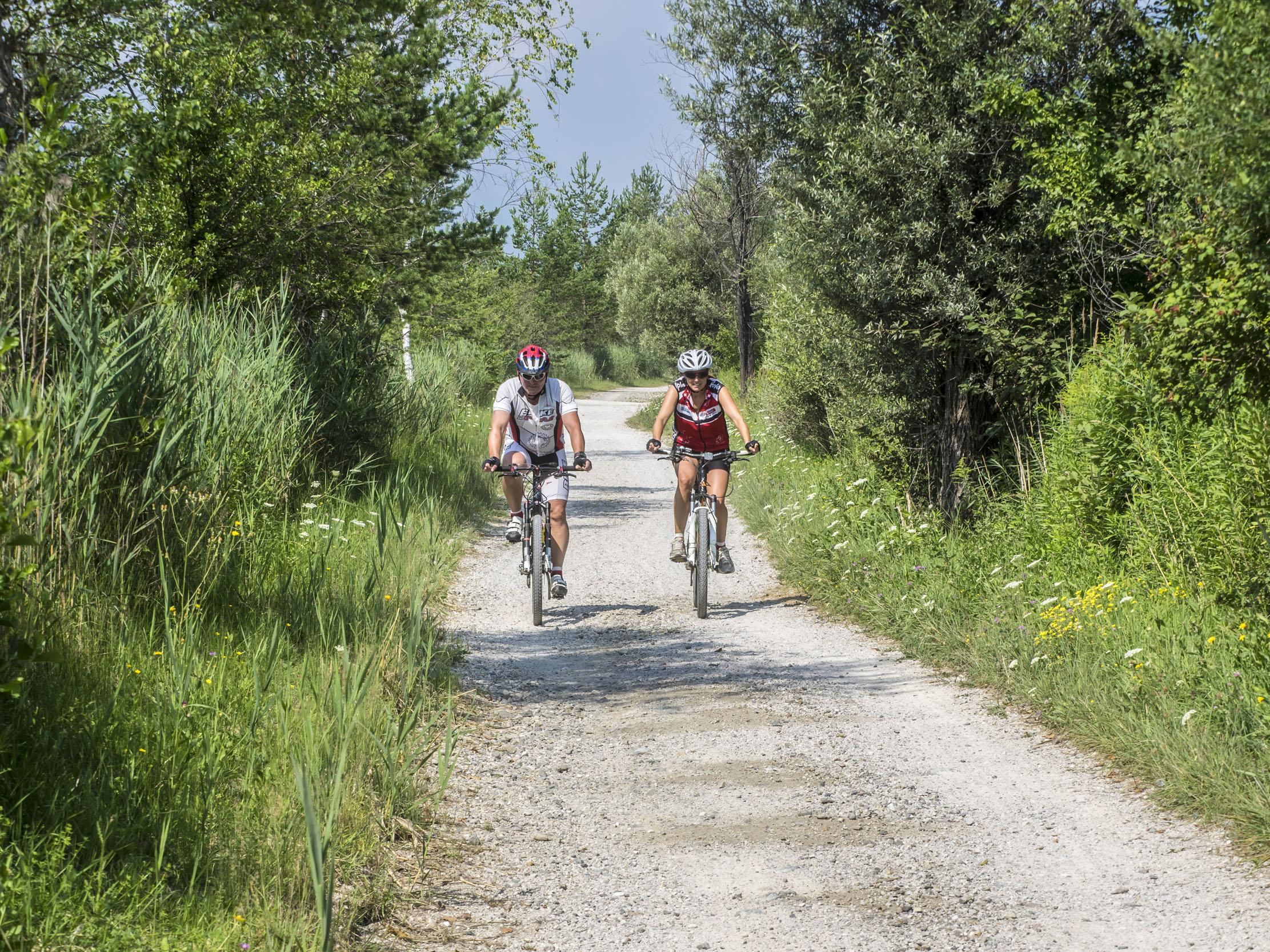 Ein Paar fährt im Radurlaub in Kärnten über einen Schotterweg