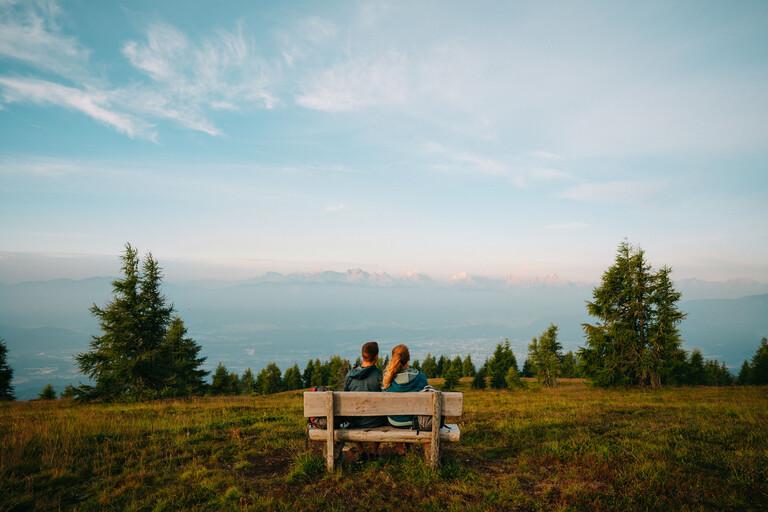 Ein Paar genießt den Ausblick vom Berg beim Urlaub nahe der Gerlitzen