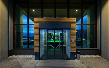 Der Eingang vom 4-Sterne Hotel am Ossiacher See