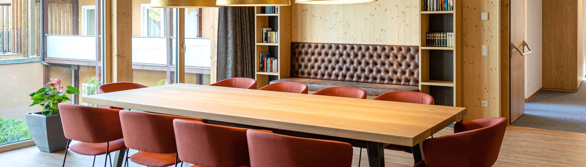 Die Bibliothek in der modernen Tagungslocation in Kärnten