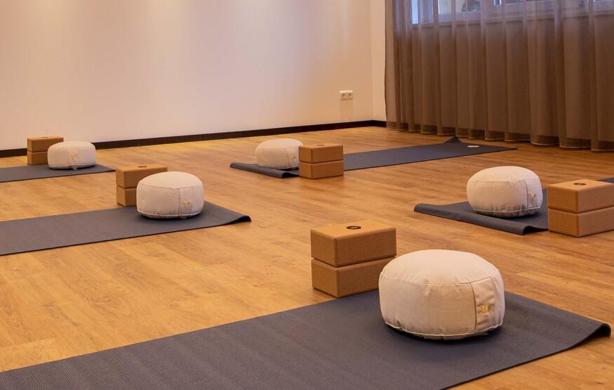 Der ausgestattete Yoga-Raum im Hotel mit Wellnessbereich am Ossiacher See