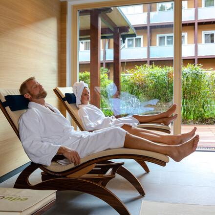 Ein Paar entspannt beim Radurlaub in Kärnten im Wellnessbereich