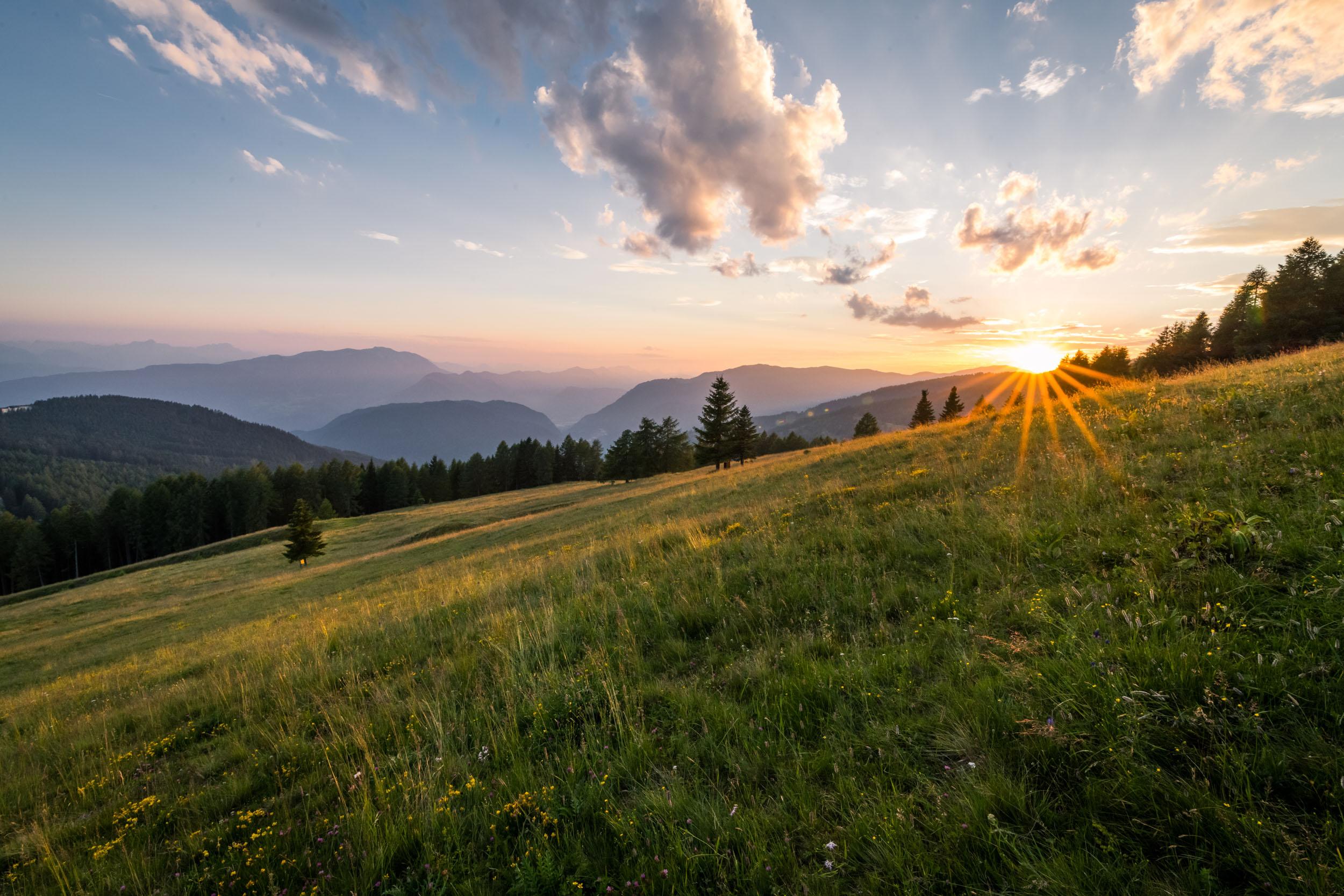Der Sonnenuntergang über den Bergen im Urlaub nahe der Gerlitzen
