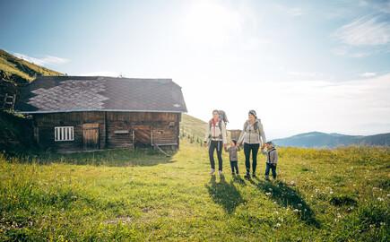 Eine Familie beim Wandern im Familienurlaub am Ossiacher See