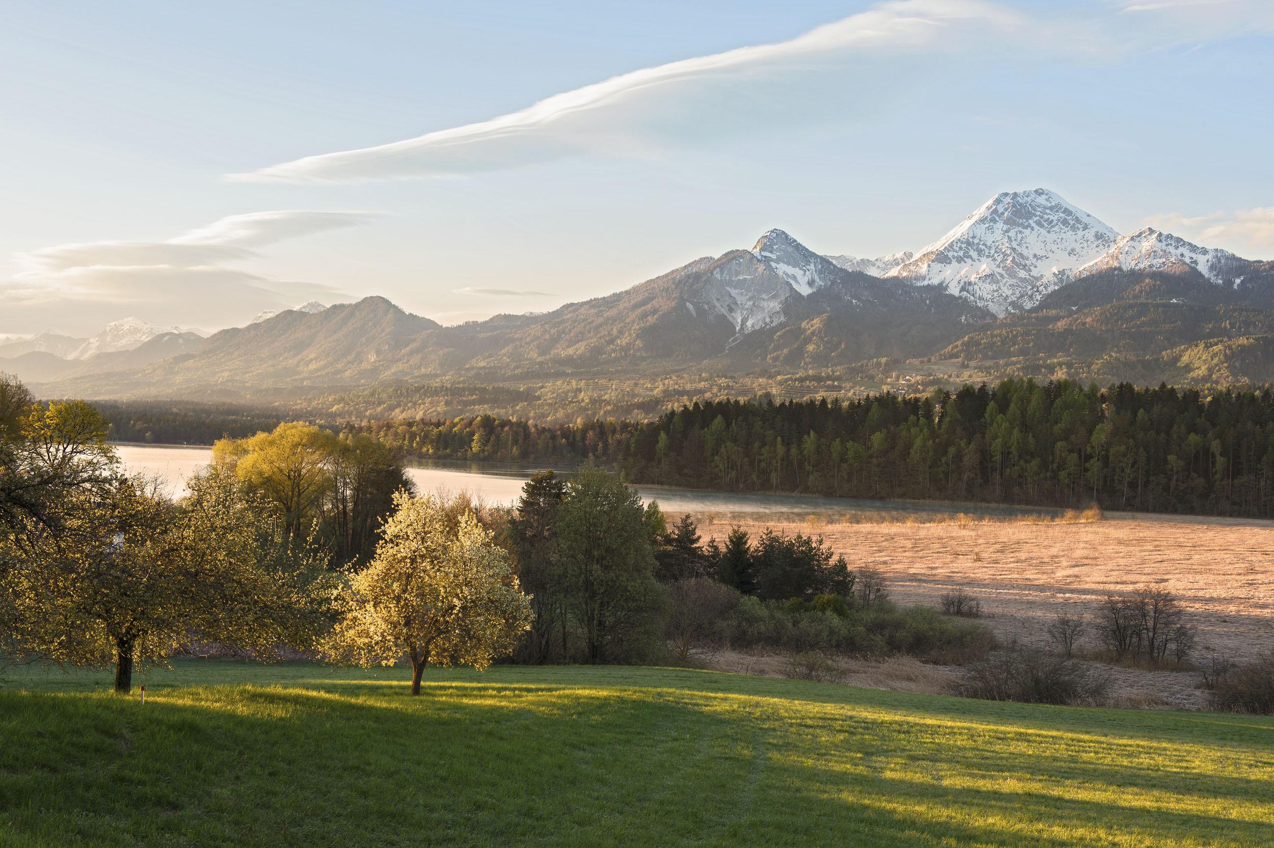 Die gebirgige Landschaft rund um den Ossiacher See, ideal zum Wandern in Villach Umgebung