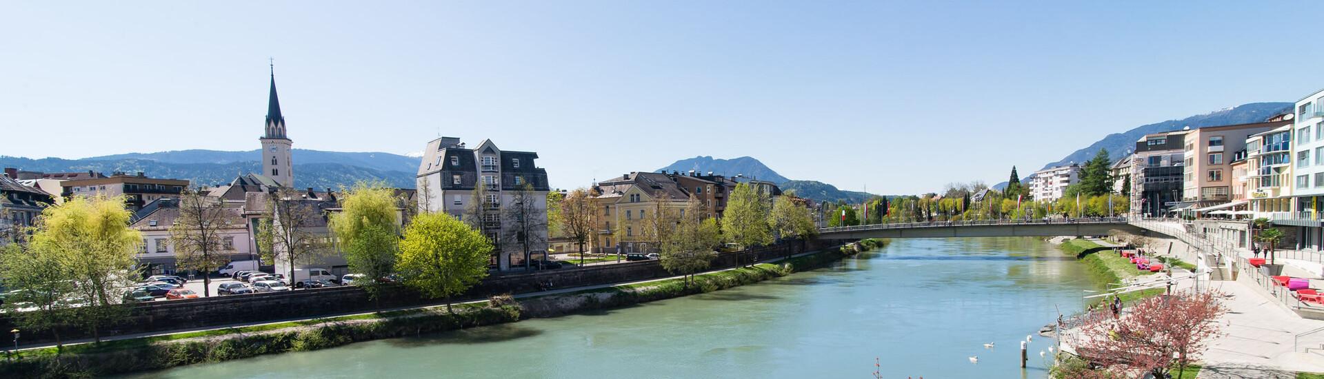 Der Ausblick auf den Fluss und die Stadt beim Urlaub nahe Villach
