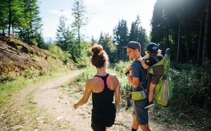 Eine Familie wandert entlang eines gemütlichen Wanderweges