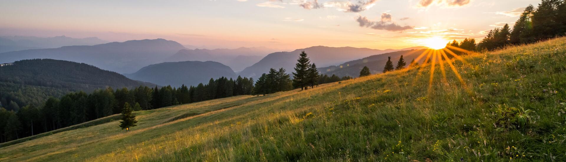 Der Sonnenuntergang über den Bergen in Villach Umgebung